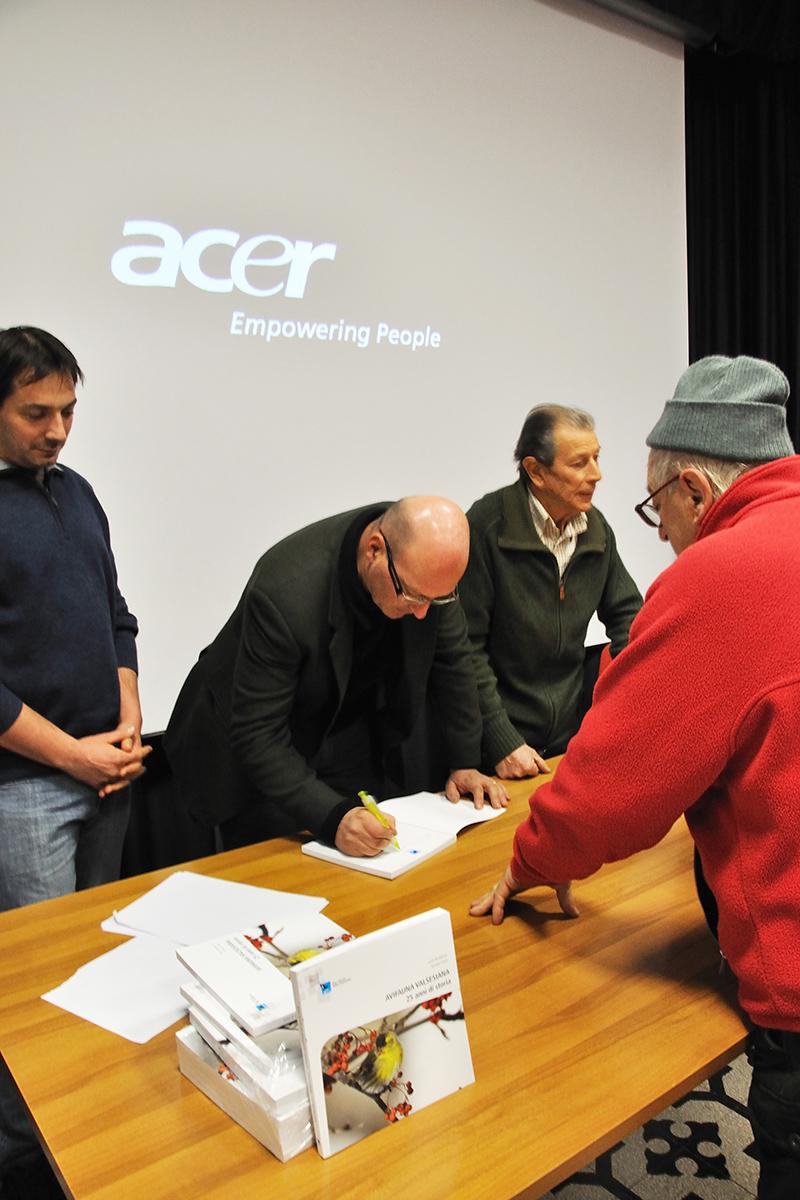 Lucio Bordignon autografa una copia del libro. (Foto: Ruben Andreotti)