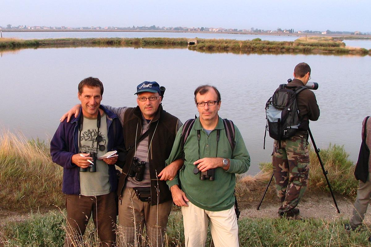 Bordignon con Paolo Utmar, ornitologo friulano e Fabio Saporetti, ornitologo lombardo, posano insieme alla gita alle Saline di Cervia del 24 settembre, organizzato dalla segreteria del XVI Convegno italiano di Cervia. (Foto: Archivio Bordignon)